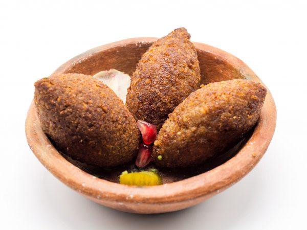 Mezze chaud Kebbeh ( viande agneau et boeuf) : Boulette de viande hachée et de blé, concassée avec une farce à base de viande, oignons et pignons